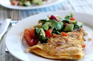 omelete com salada de abacate